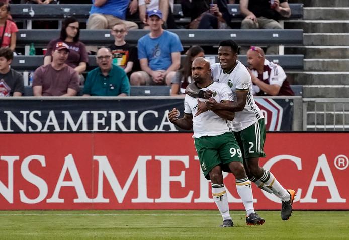 Een ploeggenoot van Samuel Armenteros feliciteert hem met zijn goal.