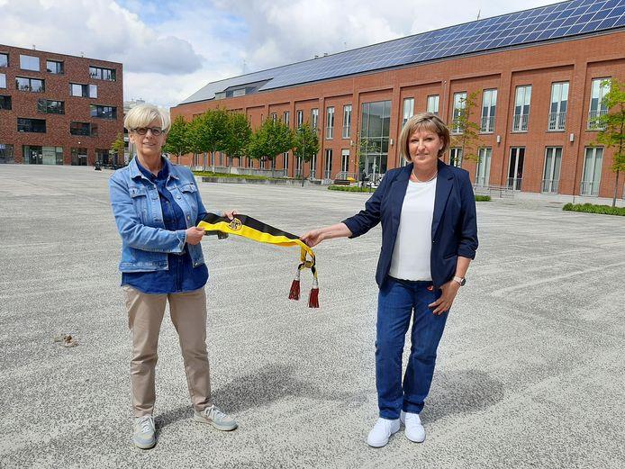 Marleen Vanderpoorten geeft de schepensjerp door aan partijgenote Sabine Leyzen.