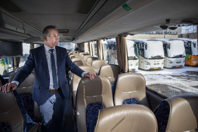 Ruud van der Marel, directeur van touringcarbedrijf Snellevliet tussen zijn bussen die al bijna een jaar lang werkeloos stil staan.