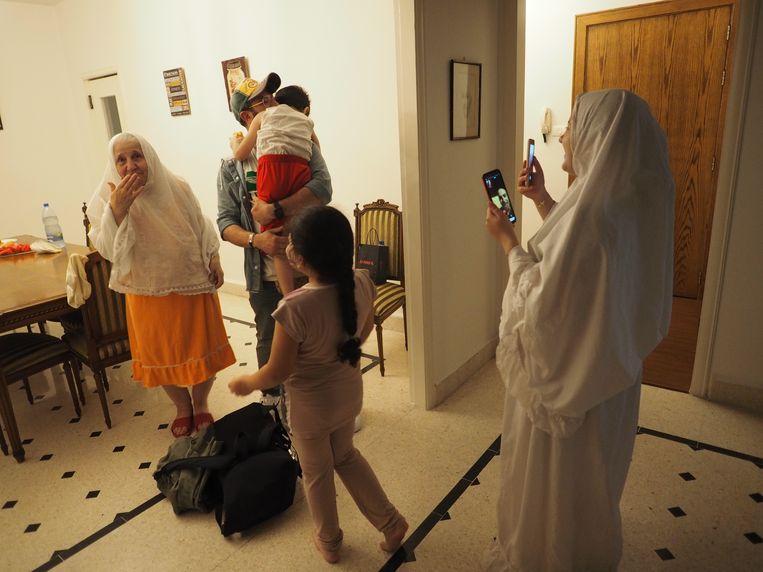 Sidawi's moeder, schoonzus, neefje en nichtje zijn met het vliegtuig naar Beiroet gekomen.  Beeld Guido van Diepen