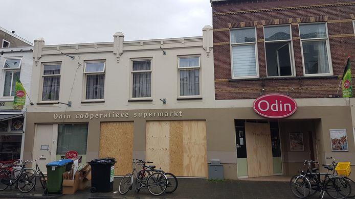 Het na de brand dichtgetimmerde pand van de biologische supermarkt Odin aan de Ginnekenweg in Breda.