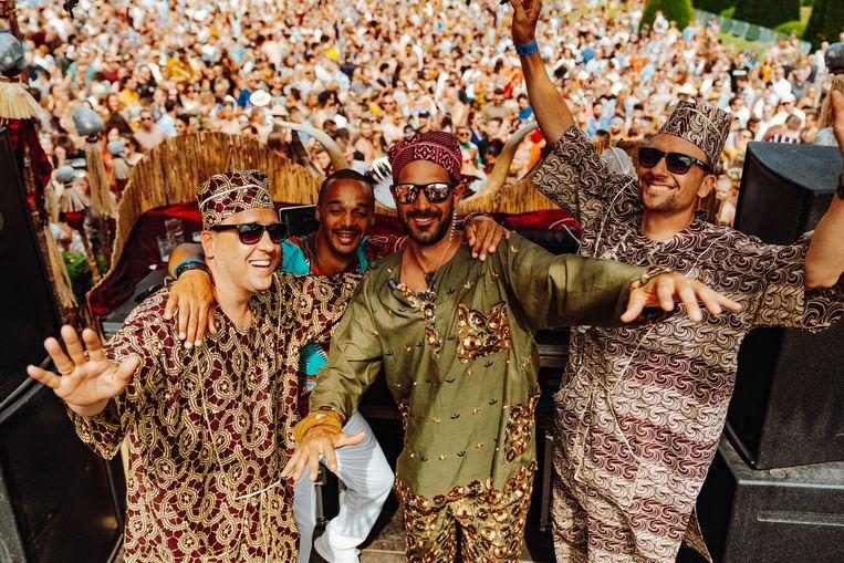 Organisatoren Kjell Materman (links), broer Tijl (rechts) en Didier Dos Santos (midden) van Thé Dansant aan het AfricaMuseum. Beeld Illias Teirlinck