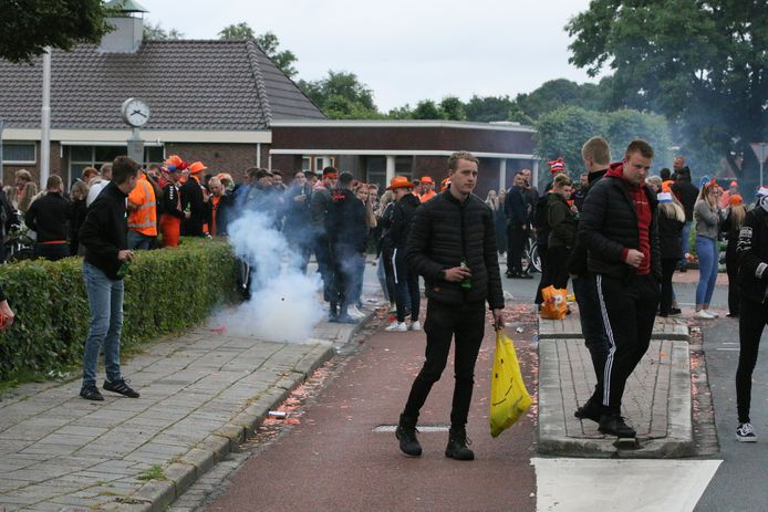 Ook in Vroomshoop verzamelde een grote groep mensen zich rondom de rotonde aan de Hammerweg om de zege van Oranje te vieren.