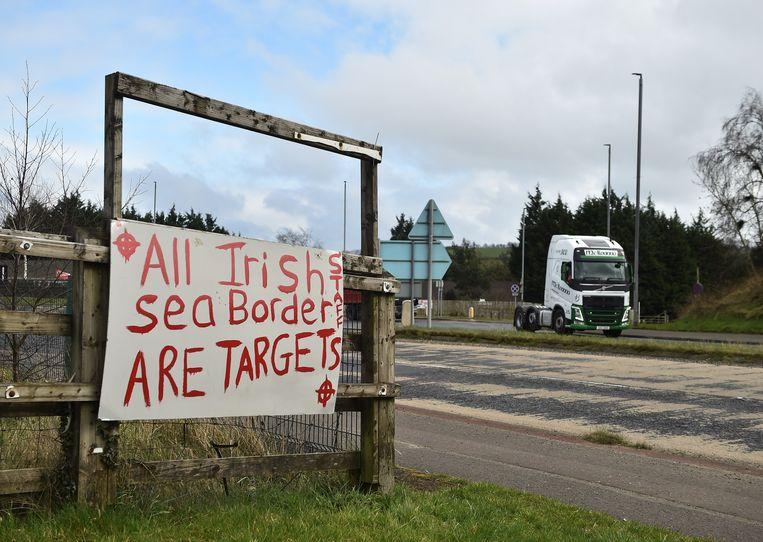 In de Noord-Ierse havenplaats Larne duiken opnieuw bedreigingen op, gericht tegen douanepersoneel dat binnenkomende goederen uit Groot-Brittannië moet controleren. Die controles zijn het gevolg van eerdere brexitafspraken tussen Brussel en Londen.  Beeld Getty Images
