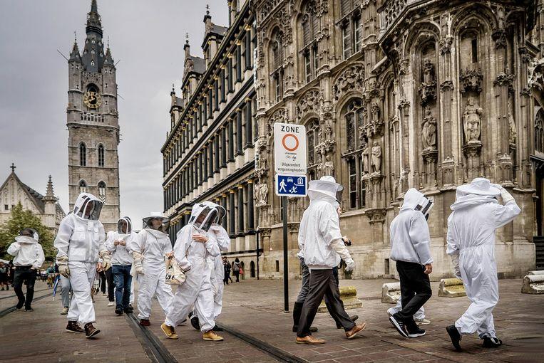 Stille imkersmars door Gent. Kunstenaar Louis De Cordier wil de ertoe aanzetten bijen te helpen. Beeld Eric de Mildt