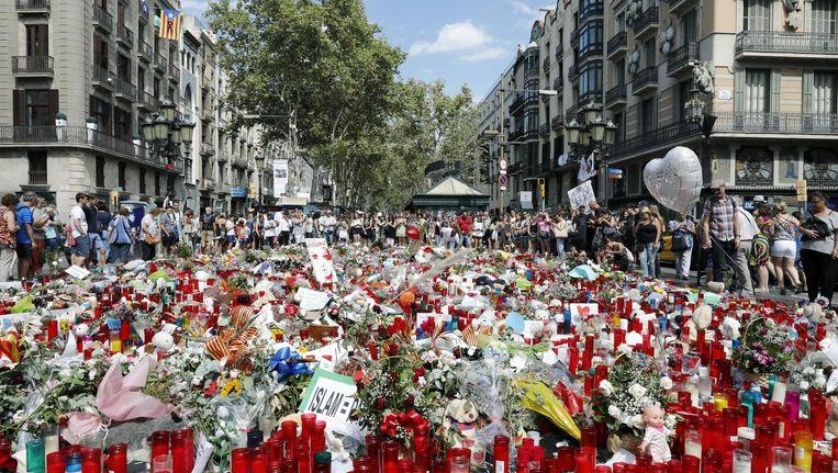 Een bloemenzee in Barcelona om de slachtoffers te eren Beeld epa