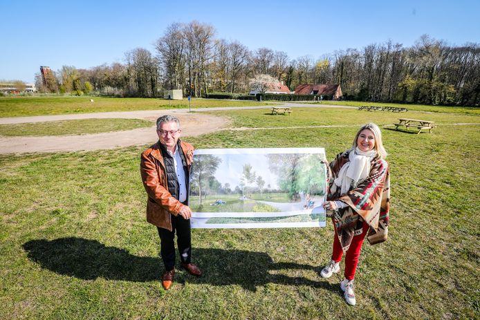 Burgemeester Dirk De fauw en schepen Mercedes Van Volcem tonen de plannen voor een nieuw fietspad en natuuruitbreiding aan het Veltembos.