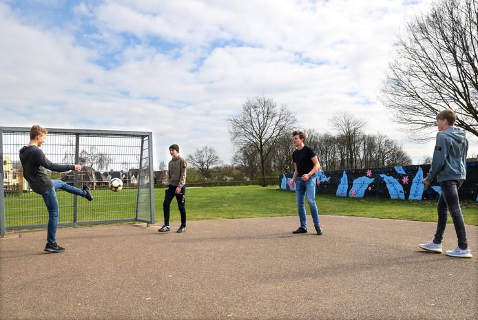 Voetballende jongens in Eindhoven.