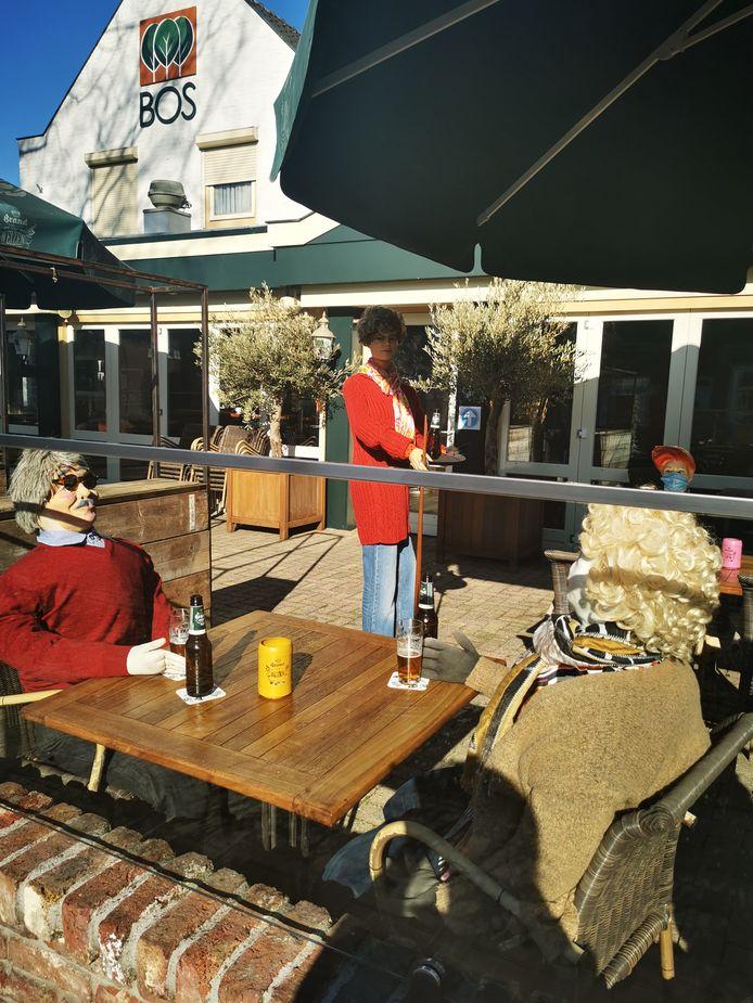 Stil protest bij Partycentrum Bos in Overloon tegen de sluiting van de horeca, met drie paspoppen op het terras.