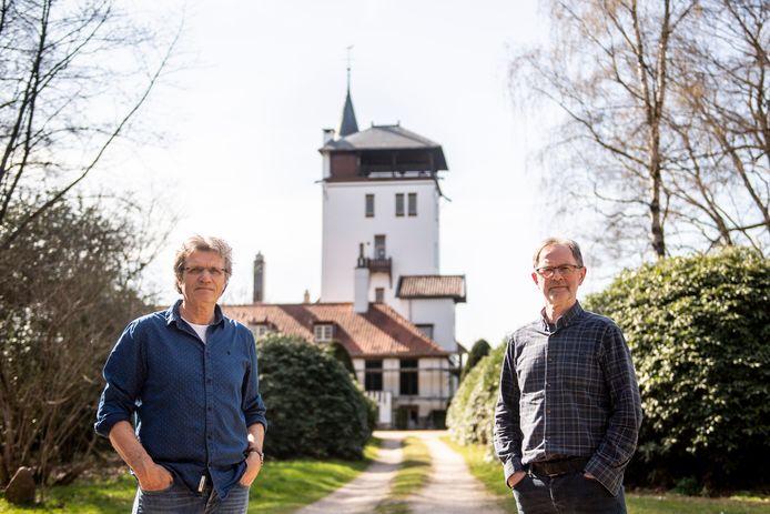 Documentairemakers Henk Vloedgraven (links) en Willy Wolterink hebben 5 films gemaakt over de bevrijding van Haarle. De Palthetoren werd flink beschoten.