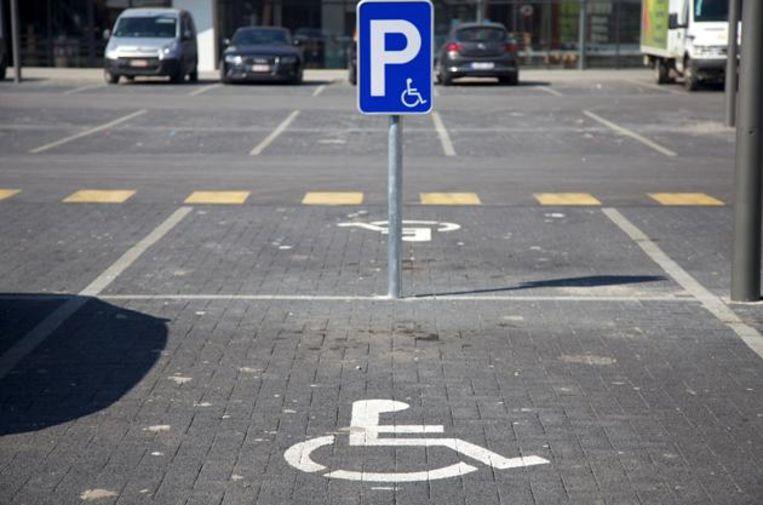 Illustratiebeeld: een gehandicaptenparking.     Illustratiebeeld