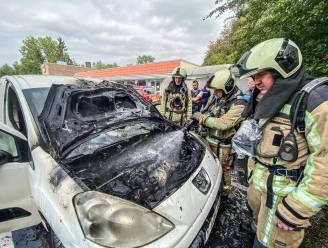 Auto in brand op parking Delhaize in Oudenaarde