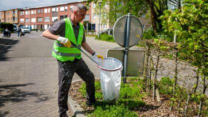 Gemeentepersoneel ruimt zwerfvuil op