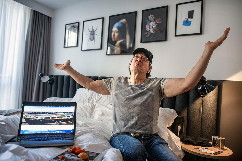 Dakloze Louis in zijn tijdelijke onderkomen tijdens de vrieskou. Een hotelkamer van het Kimpton de Witthotel.  Beeld Guus Dubbelman / de Volkskrant
