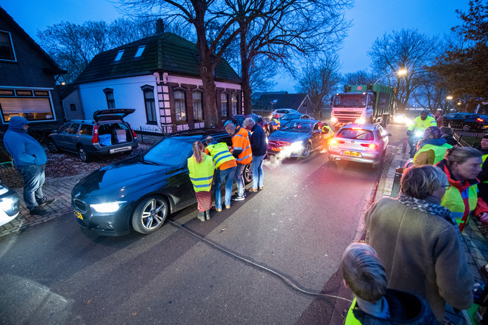 Actie tegen sluipverkeer in Rijnsaterwoude. Dit is niet de actie van gisteren waarbij op actievoerders werd ingereden.