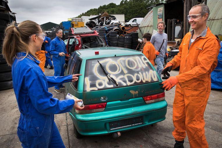 Voordat de klanten van CarSmash met hamers losgaan op de auto's, kunnen ze hun frustraties erop kwijt. Beeld Arie Kievit / de Volkskrant
