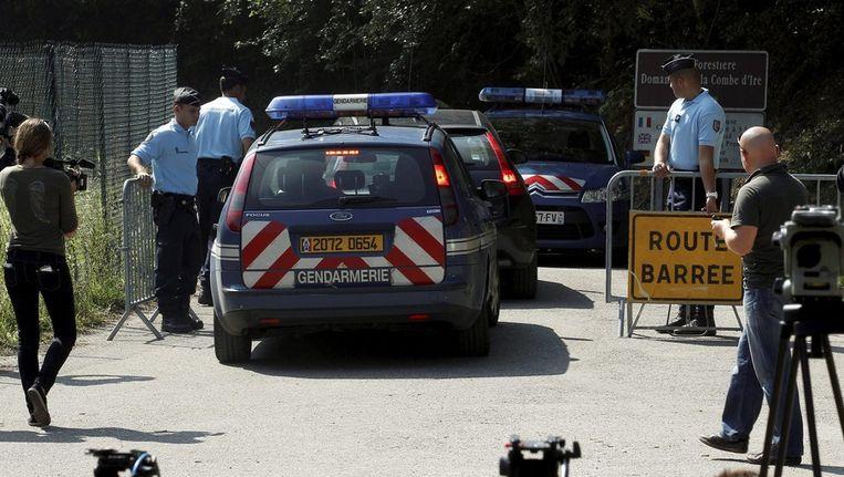 De Franse politie blokkeert de weg vlak voor de plek waar de moorden hebben plaatsgevonden. Beeld epa
