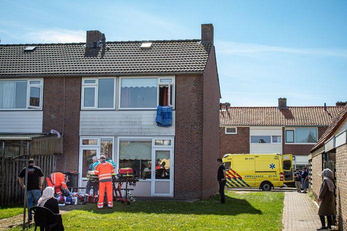 Een man is zwaar gewond geraakt bij de val van een ladder in de Ribesstraat in Doesburg.
