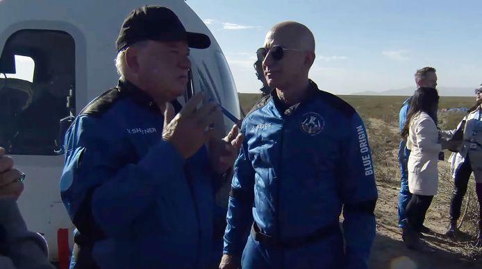 Jeff Bezos (rechts) begroet William Shatner na terugkeer op aarde