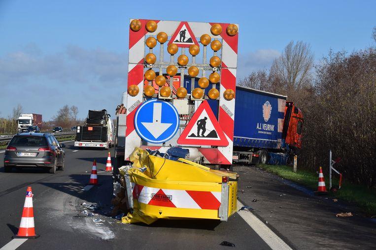 De trucker week nog uit maar botste toch links achteraan tegen het stootkussen van de signalisatiewagen.