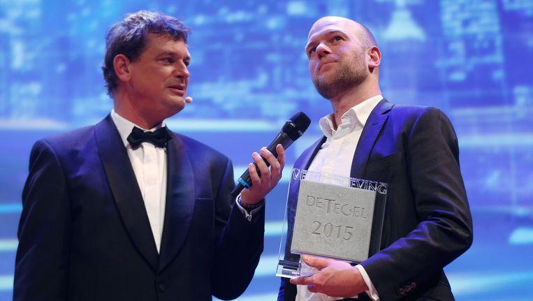 Klaas van Dijken bij het in ontvangst nemen van De Tegel, een van de belangrijkste journalistieke prijzen in Nederland. Beeld anp