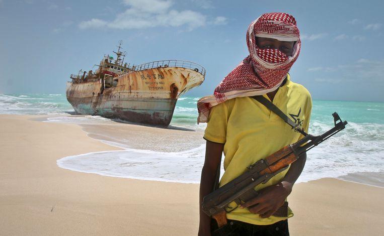 ► Een Somalische piraat poseert bij een Taiwanees schip dat door zijn bende werd ingepalmd, in 2012. Beeld AP
