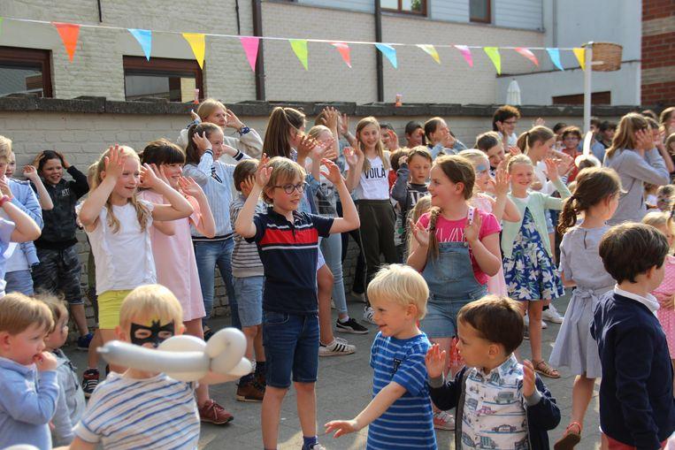 De leerlingen van 2geltje dansen erop los.