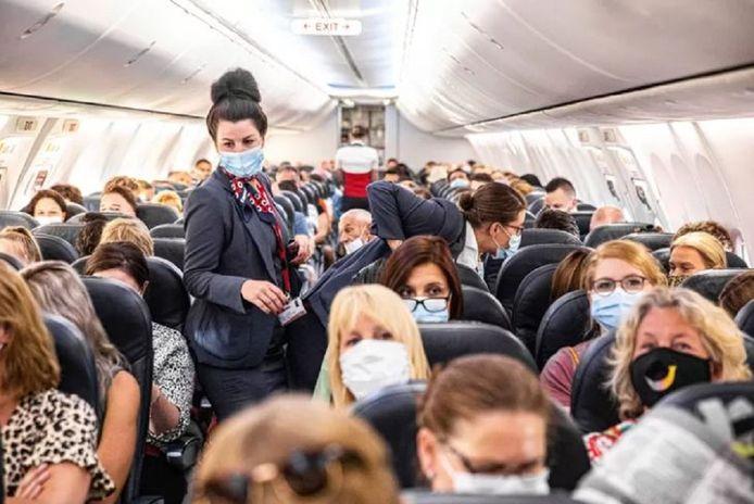 Het aantal incidenten in vliegtuigen is sterk gestegen vanwege de mondkapjesplicht aan boord. De personen op de foto hebben geen relatie met het onderwerp.