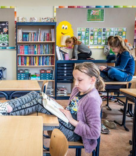 Zittend op tafels en kasten wordt lezen leuk, ontdekt groep 5/6 van De Peelparel in Helenaveen