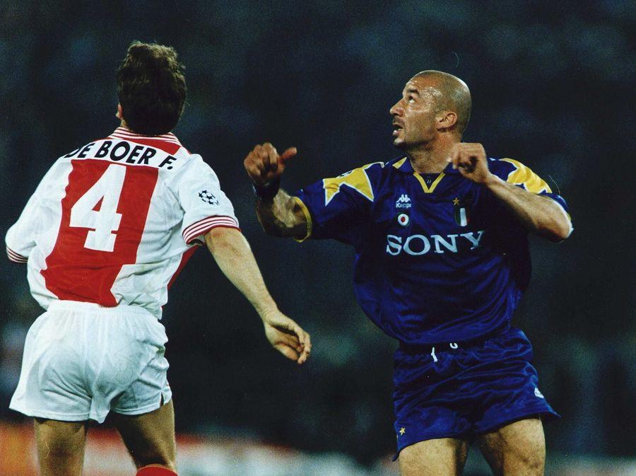 Frank de Boer (Ajax) en Gianluca Vialli (Juve) zijn in afwachting van de bal tijdens de CL-finale van 1996.