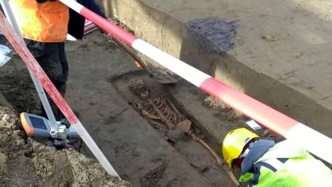 Opmerkelijke vondst bij graafwerken Ros Beiaardstraat: archeologen botsen op quasi volledig skelet