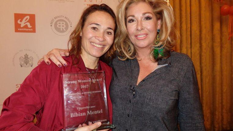 Organisator Betty de Groot (r) en de winnaar van de Strong Women Award 2017, paralympisch snowboarder Bibian Mentel. 'Helemaal fantastisch. Helemaal overrompeld' Beeld Schuim