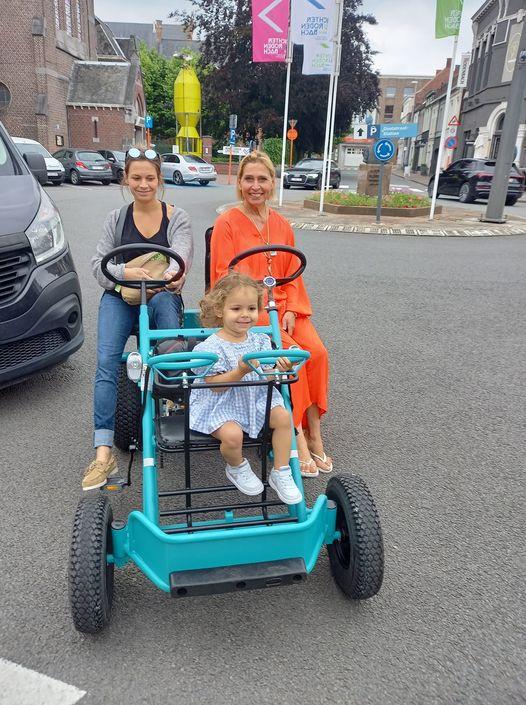 De appelblauwzeegroene duotrapper verdween aan zomerbar BaR'ro in Roeselare. Deze mensen hebben voor alle duidelijkheid niets met de diefstal te maken.