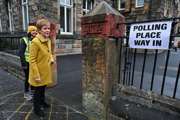 Partijleider van de Scottish National Party Nicola Sturgeon bij een stembureau. Beeld Getty Images