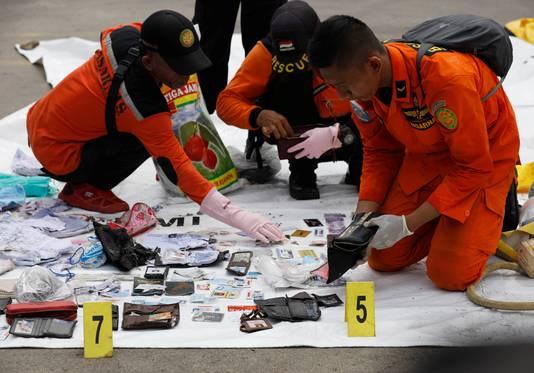 Eigendommen van omgekomen passagiers worden uitgespreid op grondzeilen