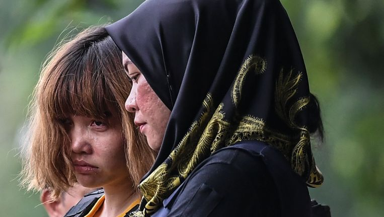 De Vietnamese Doan Thi Huong (links), een van de verdachten van de moord op Kim Jong-nam.