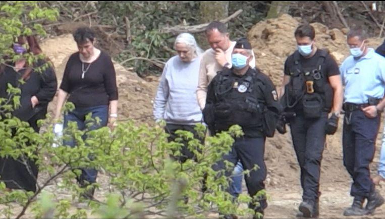 Fournirets ex-vrouw en medeplichtige Monique Olivier (in lichtgrijze trui) eind vorige maand in Issancourt-et-Rumel in de Franse Ardennen. Beeld AFP