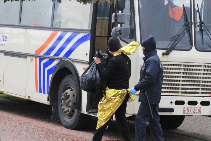 De vluchtelingen worden met bussen van de federale politie weggevoerd richting Zeebrugge, waar het onderzoek en de verhoren zullen plaatsvinden.