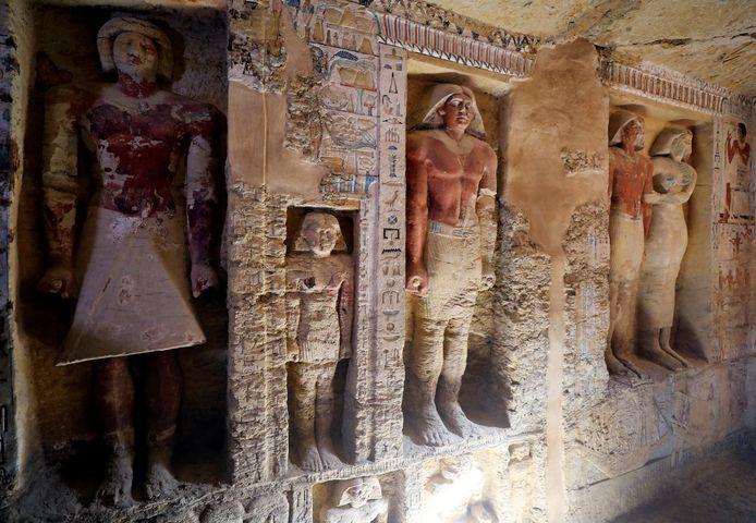 Een aantal van de in totaal 45 beelden in de graftombe.