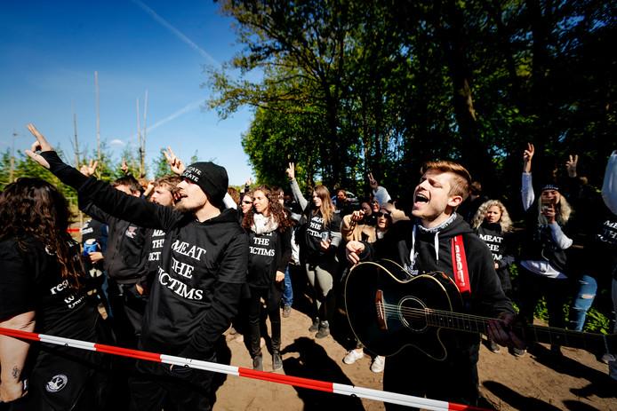 Dierenrechtenactivisten van ÔMeat the VictimsÕ houden in Boxtel een varkensfokkerij bezet.