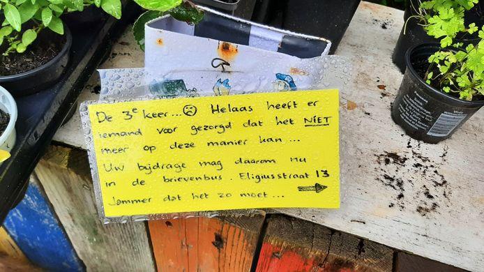 De familie heeft in het kraampje een bericht achtergelaten. Vanaf nu moet de vrije gift door de brievenbus worden gedaan.
