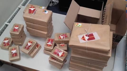 De ingepakte cadeaus worden voorzien van versieringen.