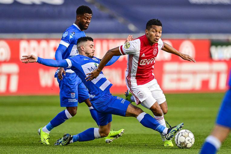 Kenneth Paal en Mustafa Saymak van PEC Zwolle en David Neres van Ajax. Beeld ANP