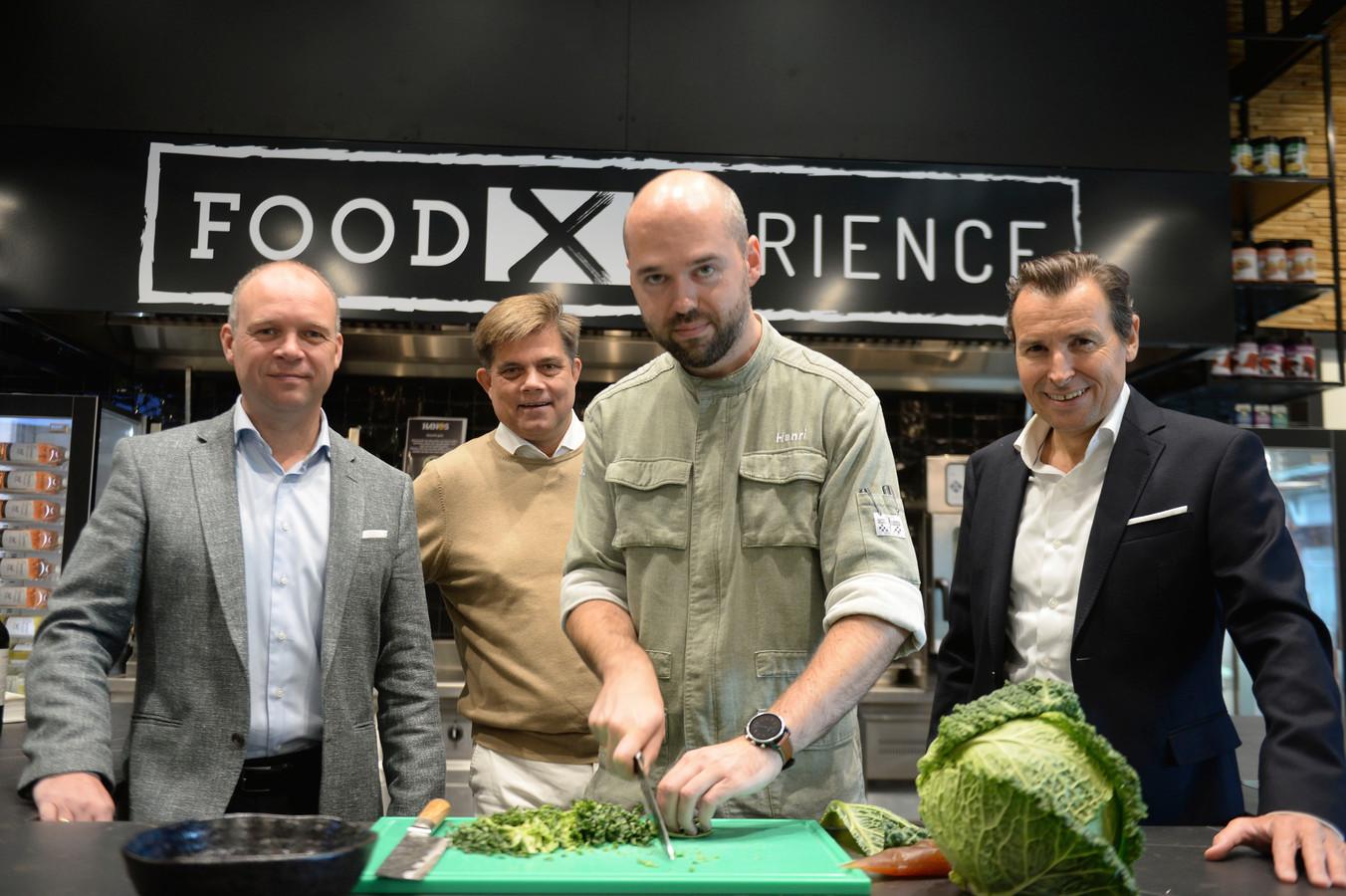 Kooktheater Hanos met v.l.n.r. Frits Hulshof (Hanos), Johan Langelaar (Twente Culiniar)  Henri Troost (kok) en Mario Hannink (Tubantia)