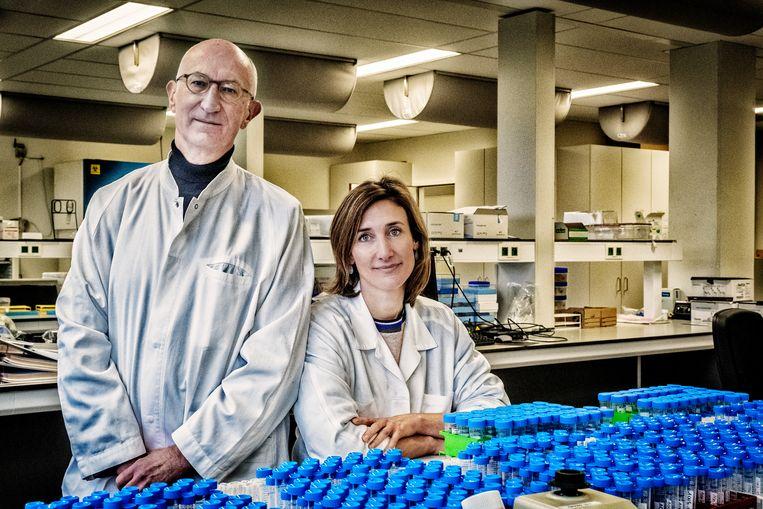 Vader en dochter Geert en Isabel Leroux-Roels van het CEVAC in Gent. Isabel: 'We zijn te veel een praatcultuur. In deze situatie heb je militaire discipline en één commandostructuur nodig.' Beeld Tim Dirven