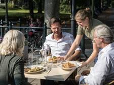 Premier Mark Rutte geniet van het terrasweer in Baarn