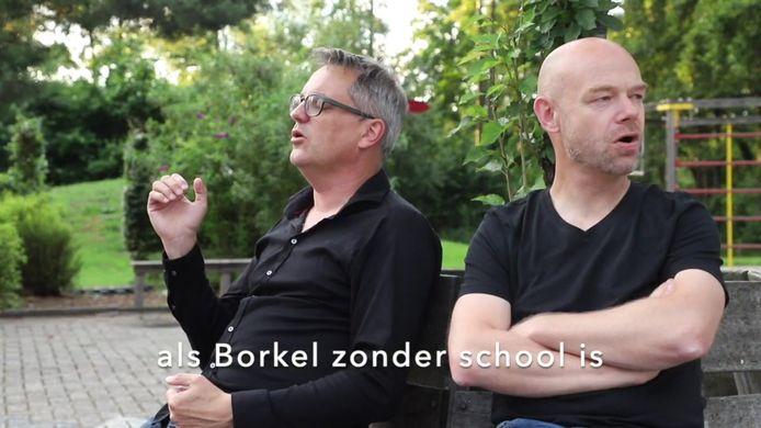 Een stilstaand beeld uit de videoclip van de twee buurmannen Luc van Deuren (l) en Stijn Kalkers. Zij zingen voor het behoud van basisschool St. Servatius in Borkel en Schaft.