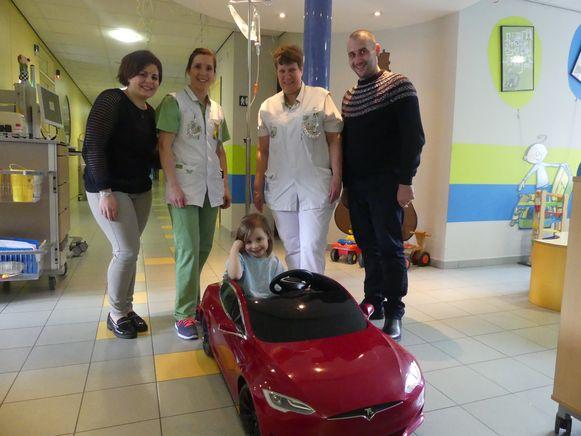 Esther Simone met haar ouders en de verpleegkundigen van het Sint-Vincentiusziekenhuis.