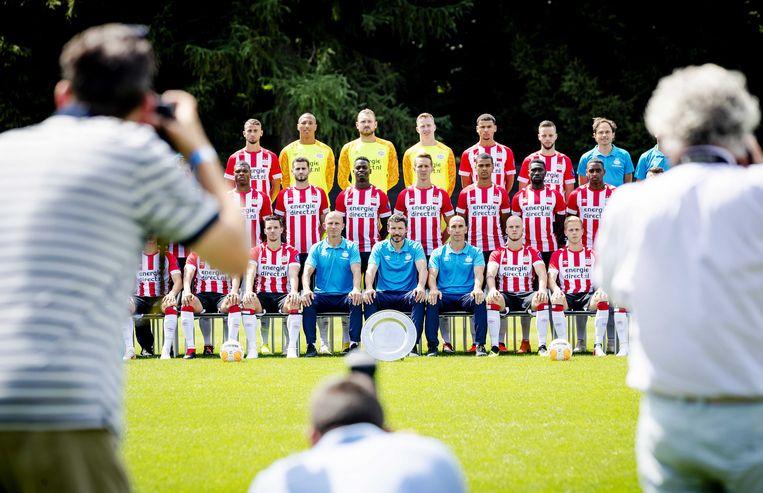 Groepsfoto met in het midden trainer Mark van Bommel van PSV op de fotopersdag van de PSV-selectie voorafgaand aan het voetbalseizoen van de Eredivisie 2018/2019. Met in het midden: de kampioensschaal die afgelopen seizoen opnieuw werd veroverd. Beeld ANP