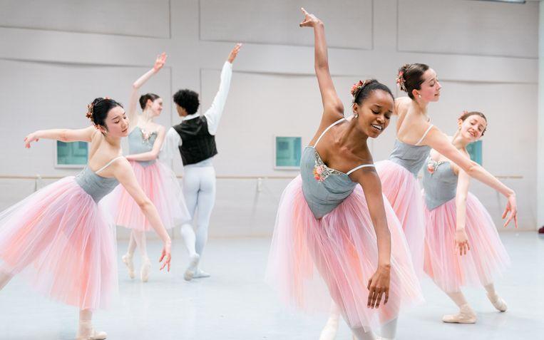 De leden van de Junior Company, onder wie Sebia Plantefève-Castryck, repeteren 'Valse-Fantaisie' van choreograaf George Balanchine. Beeld RV